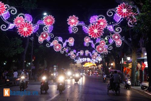Hồ Gươm rực sáng mừng kỉ niệm 60 năm giải phóng Thủ đô - 13