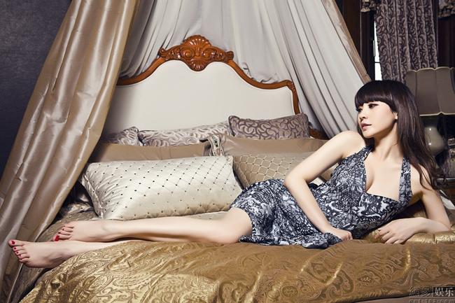 Chăm chỉ đi diễn trên sàn catwalk, Liễu Nham dần được giới truyền thông để ý và được mời chụp hình thời trang.