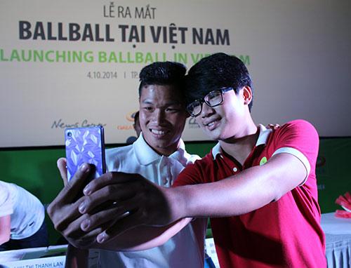 """Các cầu thủ U19 """"đốt nóng"""" lễ ra mắt BallBall ở VN - 13"""