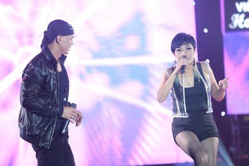 Vợ chồng Phan Đinh Tùng lần đầu khoe con gái trên sân khấu - 18