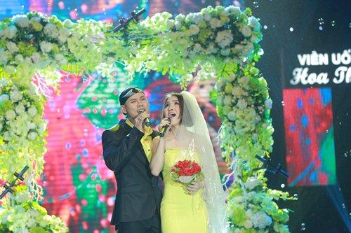 Vợ chồng Phan Đinh Tùng lần đầu khoe con gái trên sân khấu - 5