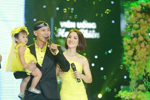Vợ chồng Phan Đinh Tùng lần đầu khoe con gái trên sân khấu - 1