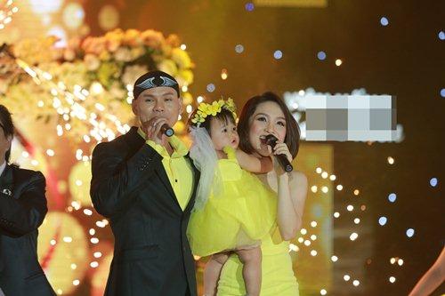 Vợ chồng Phan Đinh Tùng lần đầu khoe con gái trên sân khấu - 8