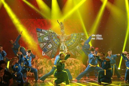 Vợ chồng Phan Đinh Tùng lần đầu khoe con gái trên sân khấu - 10