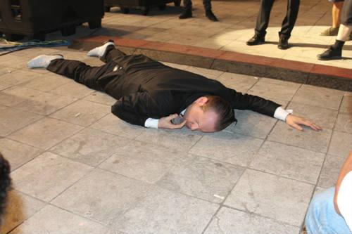 Hát xong, ca sĩ Bỉ nằm bẹp dưới đất tại Festival Gió mùa - 4