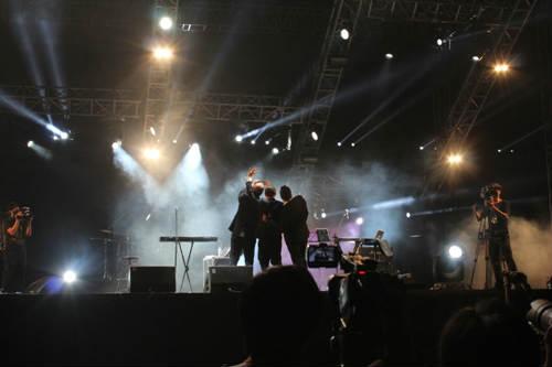 Hát xong, ca sĩ Bỉ nằm bẹp dưới đất tại Festival Gió mùa - 6