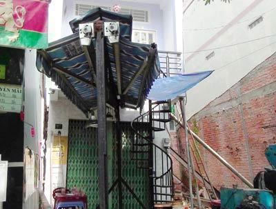TPHCM: Nhà 3 tầng nghiêng, dân di tản khẩn cấp - 1