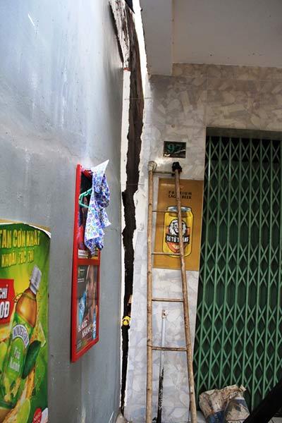 TPHCM: Nhà 3 tầng nghiêng, dân di tản khẩn cấp - 2