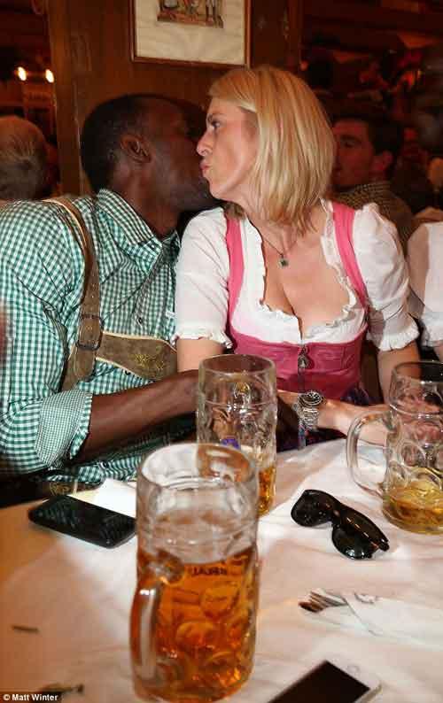 Usain Bolt quậy tưng bừng ở lễ hội bia Oktoberfest - 4