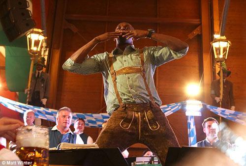 Usain Bolt quậy tưng bừng ở lễ hội bia Oktoberfest - 3