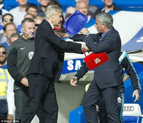 Wenger vẫn chưa hết bực sau màn xô đẩy Mourinho - 2