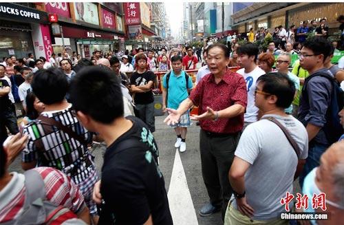 Dân Hong Kong sụp lạy sinh viên biểu tình - 1