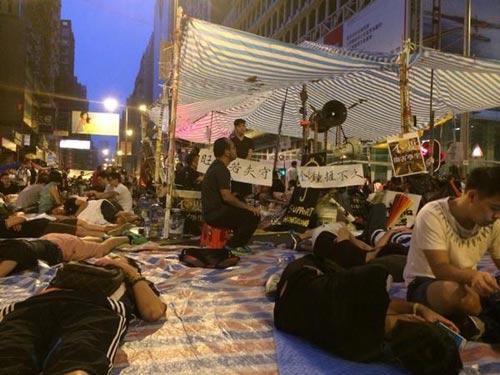 Dân Hong Kong sụp lạy sinh viên biểu tình - 4