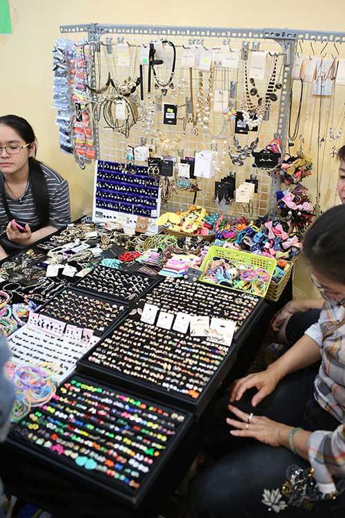 Ghé thăm chợ phiên giá rẻ của giới trẻ Sài Gòn - 13