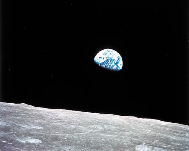 Ảnh chụp mặt trời mọc bởi tàu không gian Apollo 8 vào năm 1968.