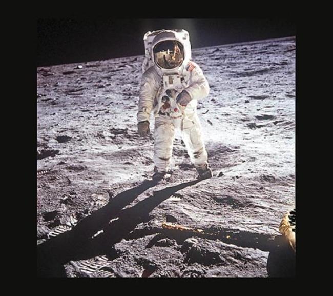 Neil Armstrong đã chụp bức ảnh người bạn đồng hành Buzz Aldrin đặt chân lên mặt trăng vào năm 1969. Đây cũng là lần đầu tiên loài người chinh phục hành tinh này.