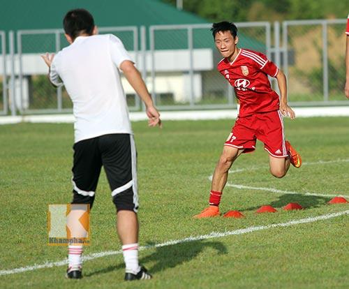 Thần đồng U19 Trung Quốc gây ấn tượng trên sân tập - 1