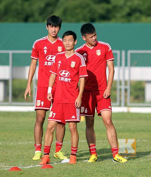 Thần đồng U19 Trung Quốc gây ấn tượng trên sân tập - 2