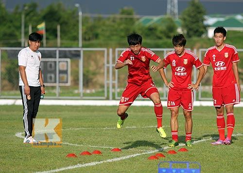 Thần đồng U19 Trung Quốc gây ấn tượng trên sân tập - 3