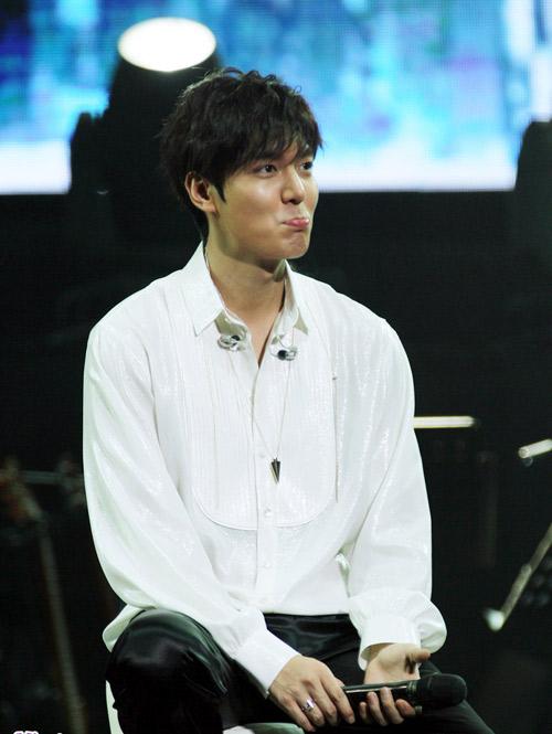 Lee Min Ho cài hoa lên tóc để chiều fan - 9