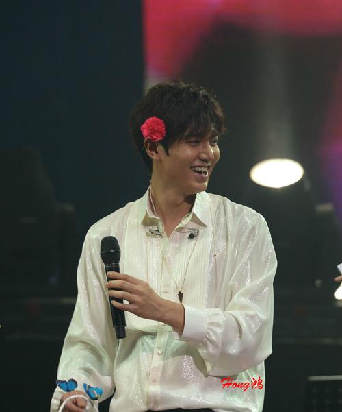 Lee Min Ho cài hoa lên tóc để chiều fan - 6