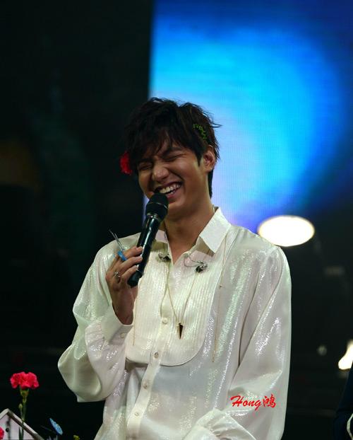 Lee Min Ho cài hoa lên tóc để chiều fan - 7