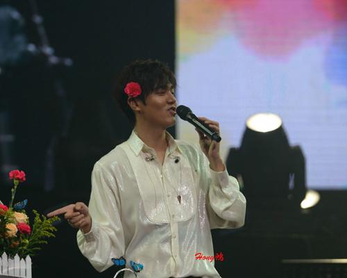 Lee Min Ho cài hoa lên tóc để chiều fan - 5