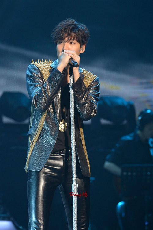 Lee Min Ho cài hoa lên tóc để chiều fan - 2