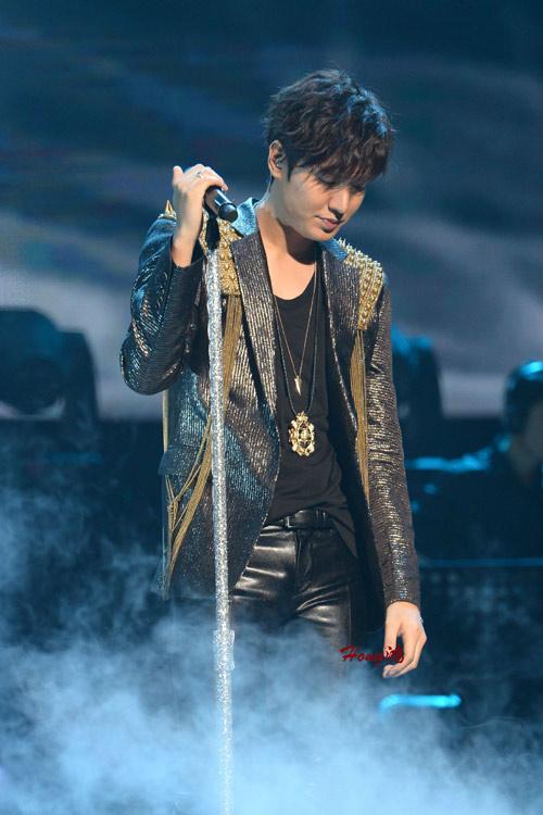 Lee Min Ho cài hoa lên tóc để chiều fan - 4