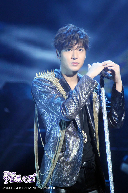 Lee Min Ho cài hoa lên tóc để chiều fan - 1