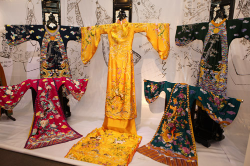 Thích thú với triển lãm áo dài đậm nét dân tộc - 1