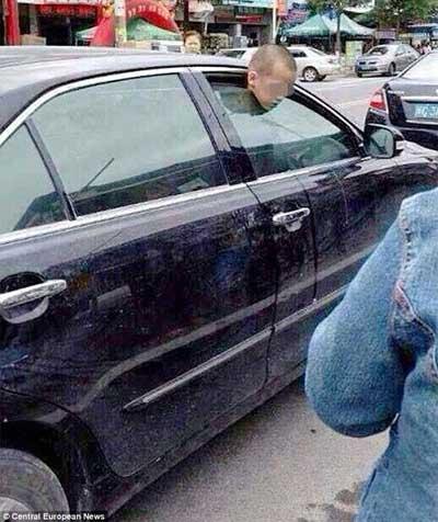 TQ: Con 7 tuổi bị kẹp cửa kính ô tô vì mẹ mải mua sắm - 1