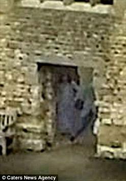 Bóng ma xuất hiện giữa tòa lâu đài cổ? - 2