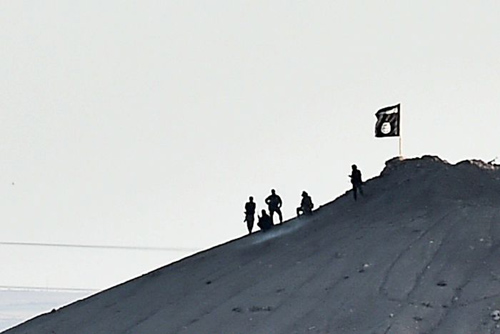 Mỹ ném bom dữ dội xuống IS bao vây thị trấn biên giới - 3
