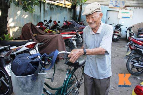 Ngỡ ngàng cụ ông 93 tuổi đạp xe đi bơi hàng ngày - 1