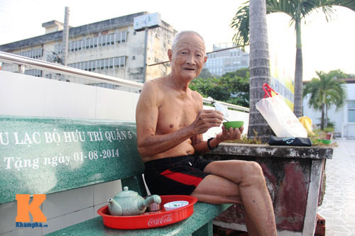 Ngỡ ngàng cụ ông 93 tuổi đạp xe đi bơi hàng ngày - 2