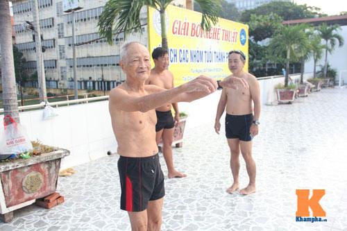 Ngỡ ngàng cụ ông 93 tuổi đạp xe đi bơi hàng ngày - 3