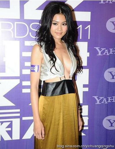 """""""Đau mắt"""" vì váy cổ V sâu hoắm của mỹ nữ Trung Quốc - 3"""