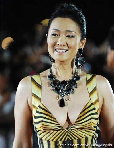"""""""Đau mắt"""" vì váy cổ V sâu hoắm của mỹ nữ Trung Quốc - 5"""