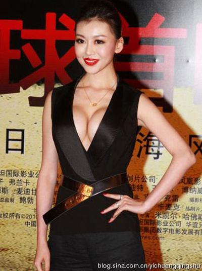 """""""Đau mắt"""" vì váy cổ V sâu hoắm của mỹ nữ Trung Quốc - 2"""