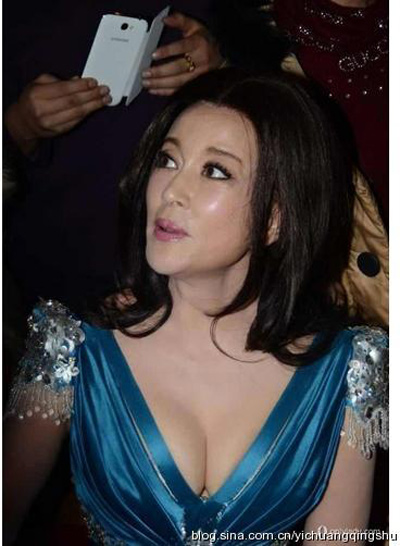 """""""Đau mắt"""" vì váy cổ V sâu hoắm của mỹ nữ Trung Quốc - 13"""
