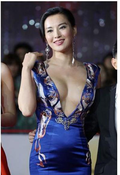 """""""Đau mắt"""" vì váy cổ V sâu hoắm của mỹ nữ Trung Quốc - 14"""