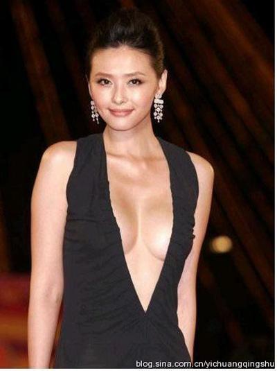 """""""Đau mắt"""" vì váy cổ V sâu hoắm của mỹ nữ Trung Quốc - 16"""