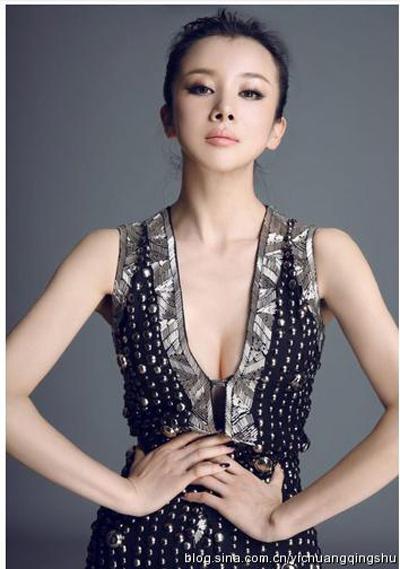 """""""Đau mắt"""" vì váy cổ V sâu hoắm của mỹ nữ Trung Quốc - 8"""
