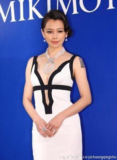 """""""Đau mắt"""" vì váy cổ V sâu hoắm của mỹ nữ Trung Quốc - 18"""