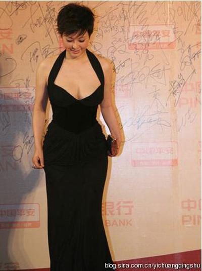 """""""Đau mắt"""" vì váy cổ V sâu hoắm của mỹ nữ Trung Quốc - 19"""