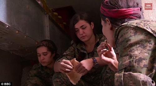 Nữ chiến binh xinh đẹp tự sát để khỏi rơi vào tay IS - 1