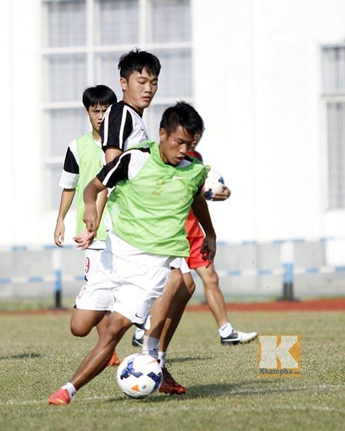 """""""Siêu tiền đạo"""" U19 Việt Nam thi triển tuyệt chiêu - 8"""