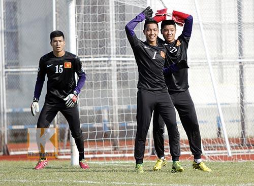 """""""Siêu tiền đạo"""" U19 Việt Nam thi triển tuyệt chiêu - 10"""