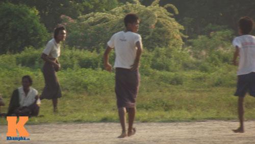 Thanh niên Myanmar mặc váy đá bóng cạnh...đàn trâu - 1